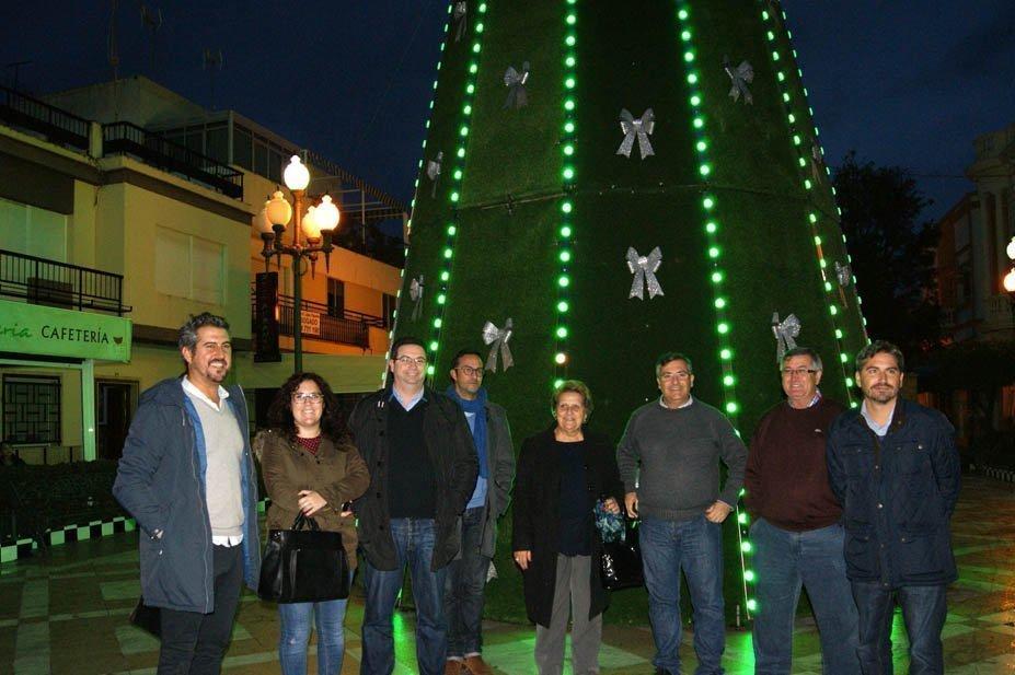 El árbol de navidad que preside la Plaza inaugurado por la alcaldesa y el primer teniente de alcalde junto al resto de ediles de Isla Cristina.