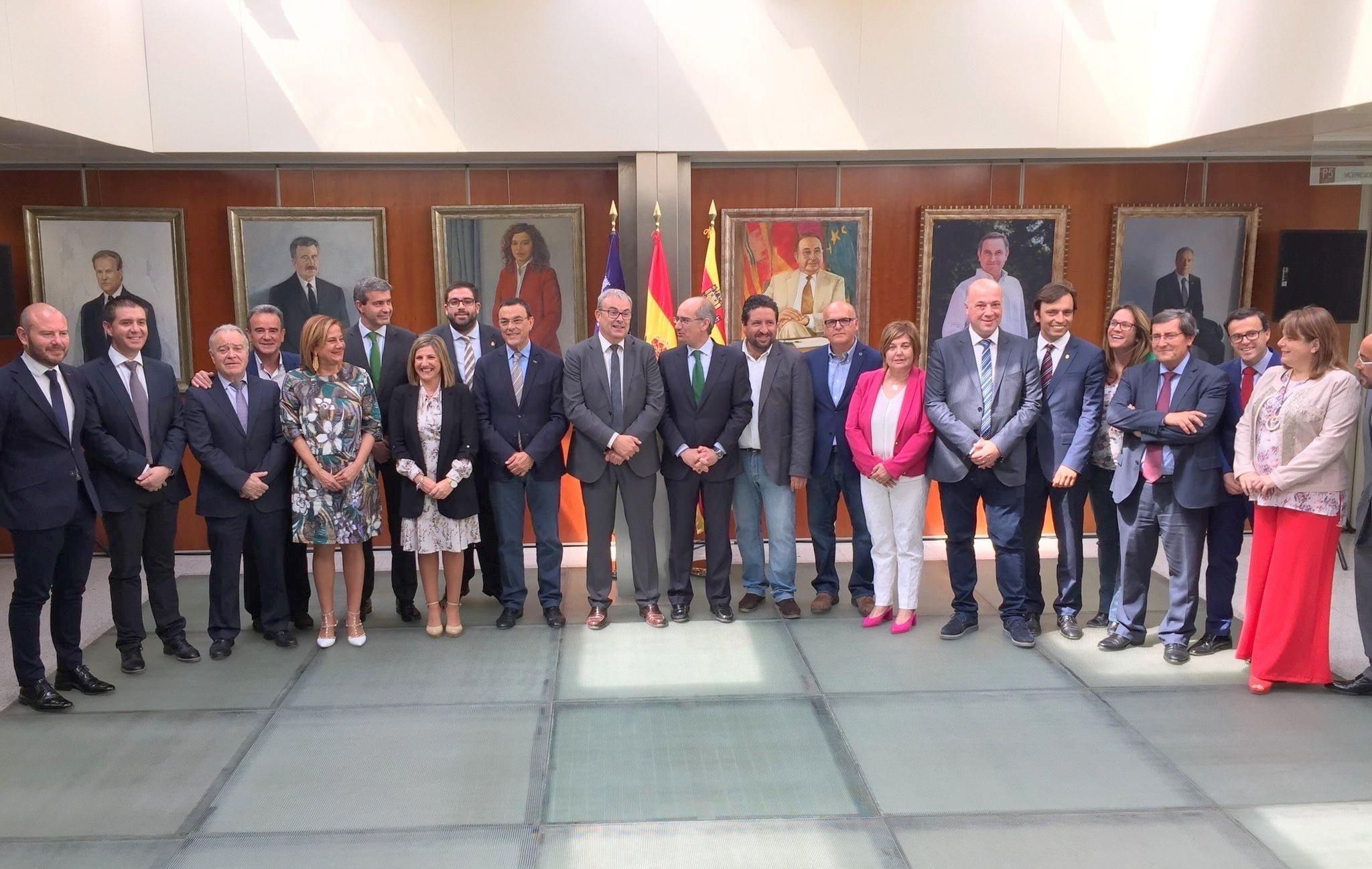Foto de familia de los representantes de las Diputaciones
