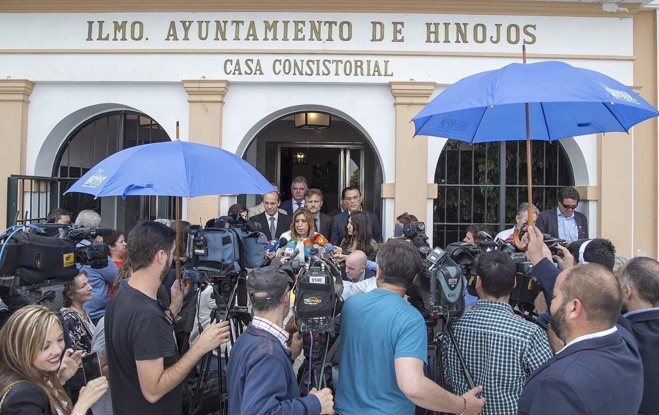 La presidenta andaluza comparece ante los medios en el Ayuntamiento de Hinojos