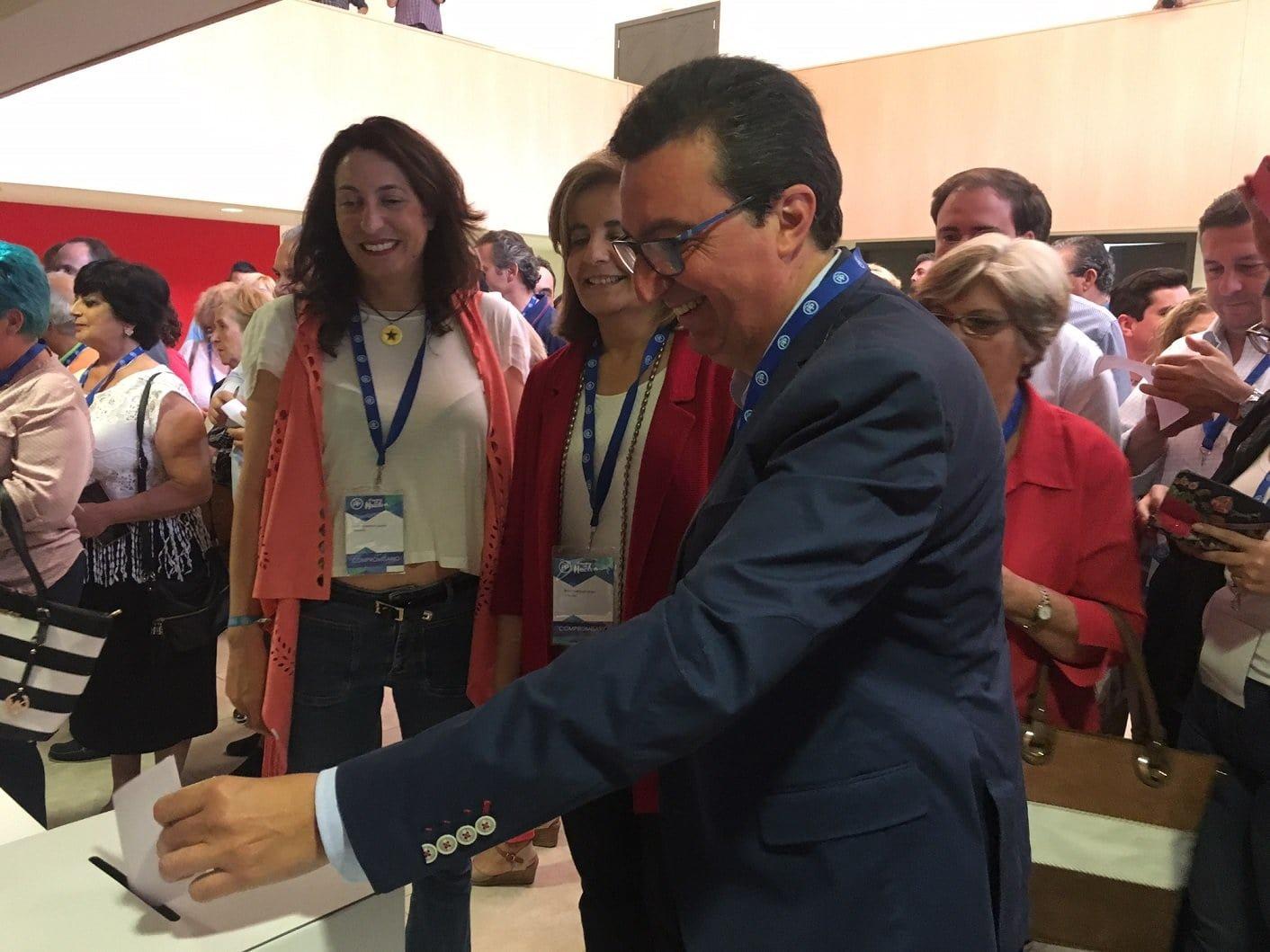 El ya reelegido presidente del PP de Huelva en el momento de la votación
