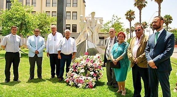 La alcaldesa junto el homenajeado en el monumento al marinero.
