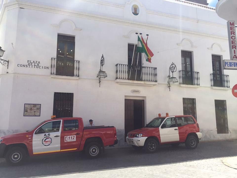 Los dos vehículos del Consorcio ya en las puertas del Ayuntamiento de Cortegana.