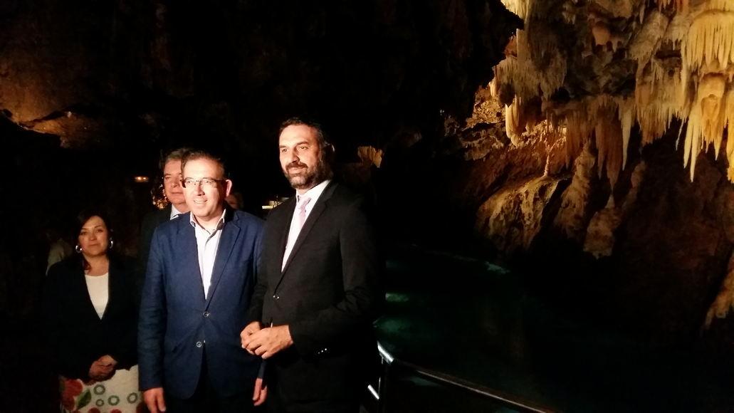 El consejero de Turismo con el alcalde de Aracena un una visita reciente a la Gruta de las Maravillas
