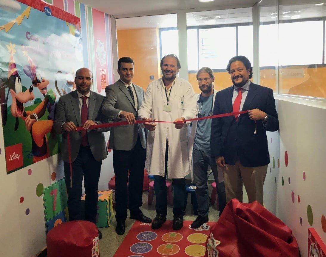 El gerente del hospital, Antonio León, con responsables de Lilly inauguran la 'Play Zone'