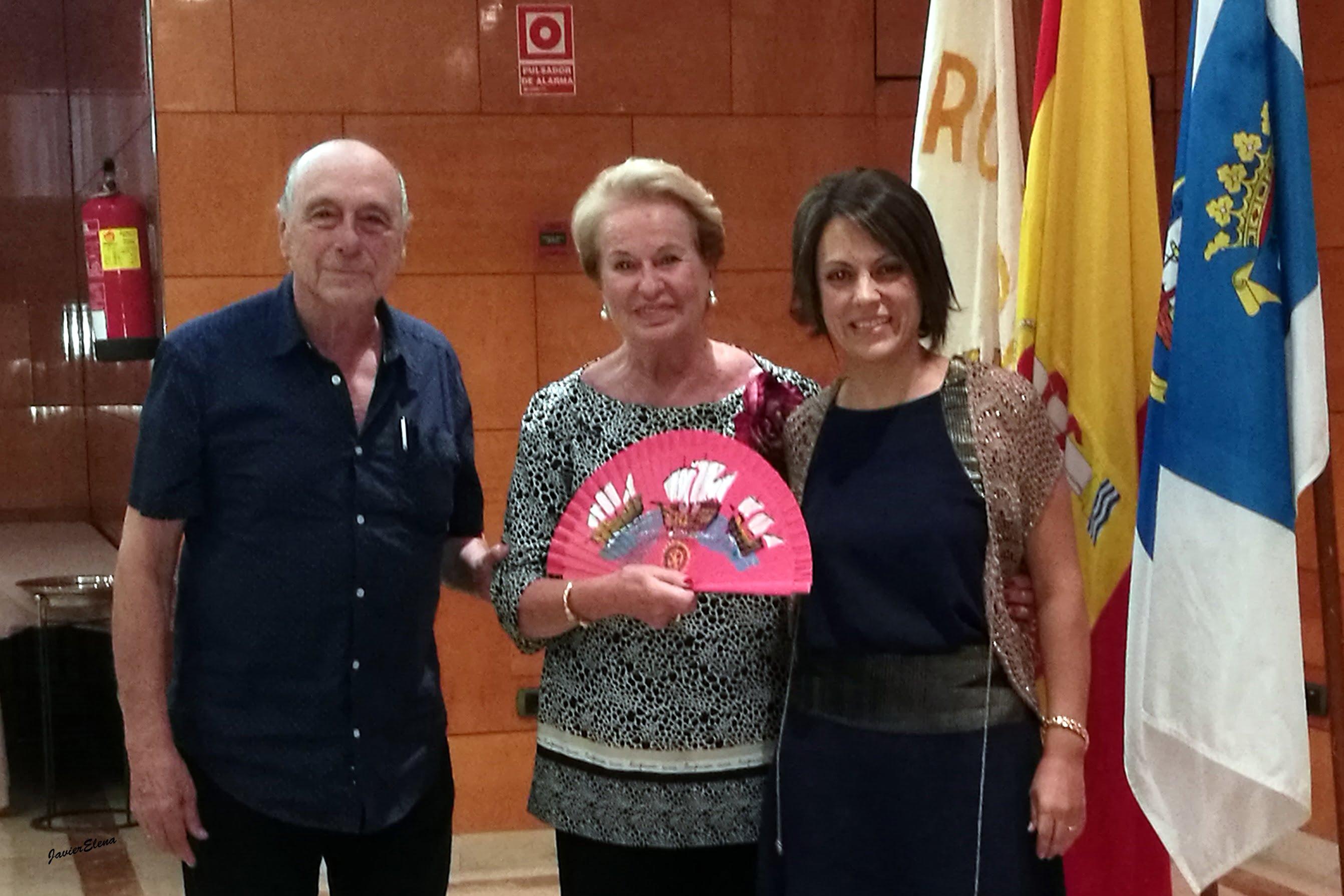 Pilar Álvarez, esposa de José Luis García Palacios, recibió del Rotary Club de Huelva un abanico pintado a mano por Alfonso Aramburu.