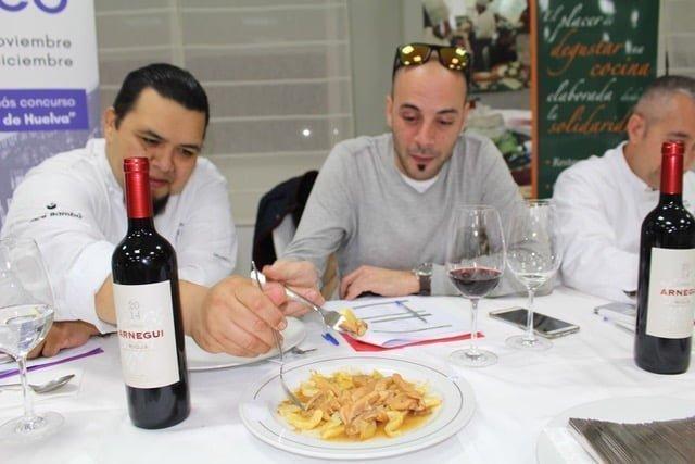 Los miembros del Jurado degustando el plato del restaurante 'Torre del Loro'.