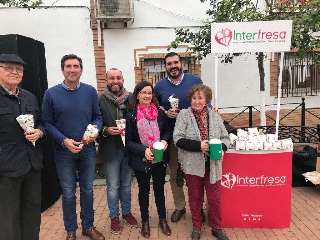 Las Juntas Locales de la AECC, Ayuntamientos y productores colaboran con Interfresa. En la imagen el stand de 'Campanadas con fresas' en Lucena.