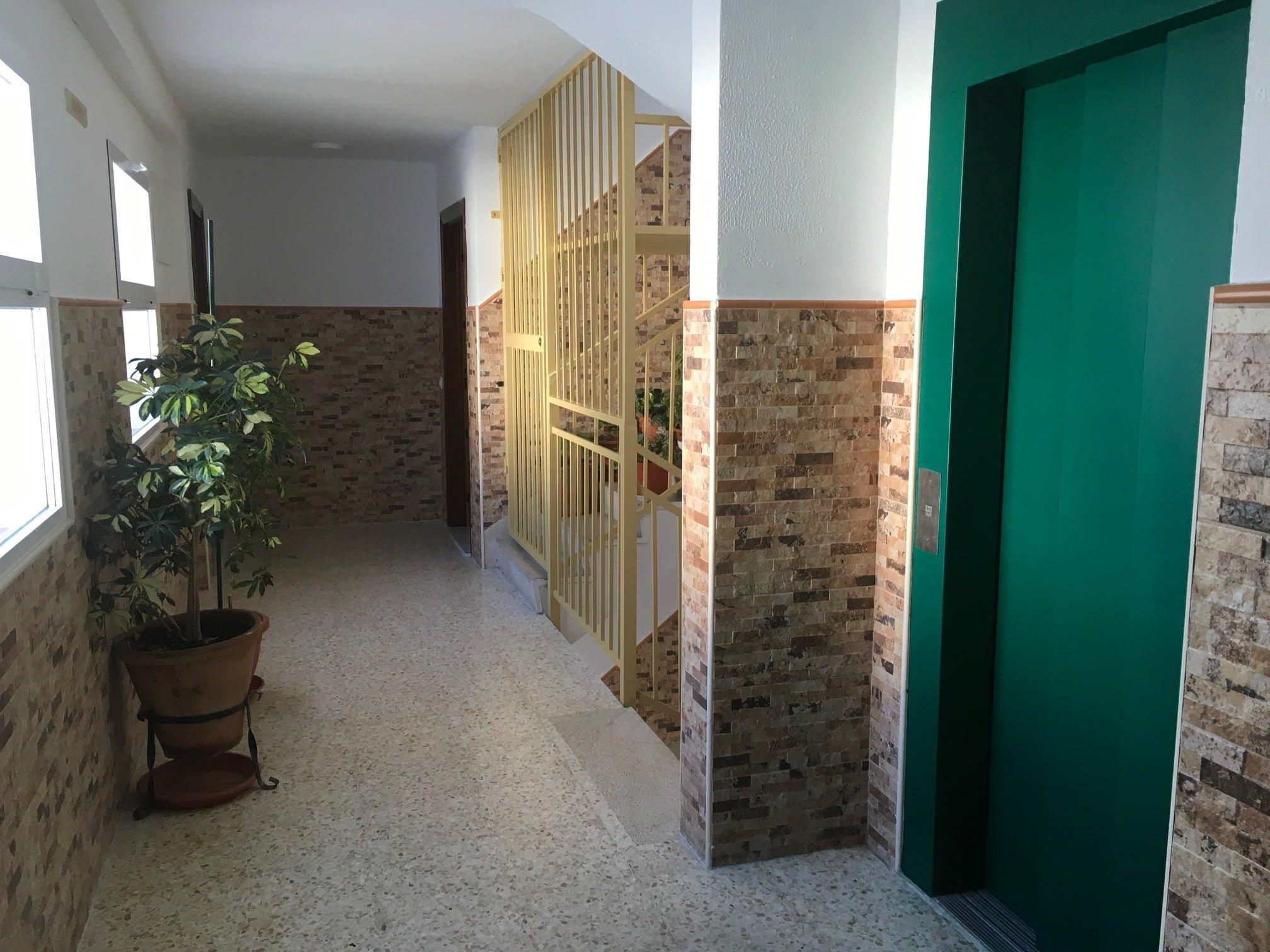 Un portal de la promoción de 284 viviendas de Gonzalo de Berceo mejoradas por la Junta