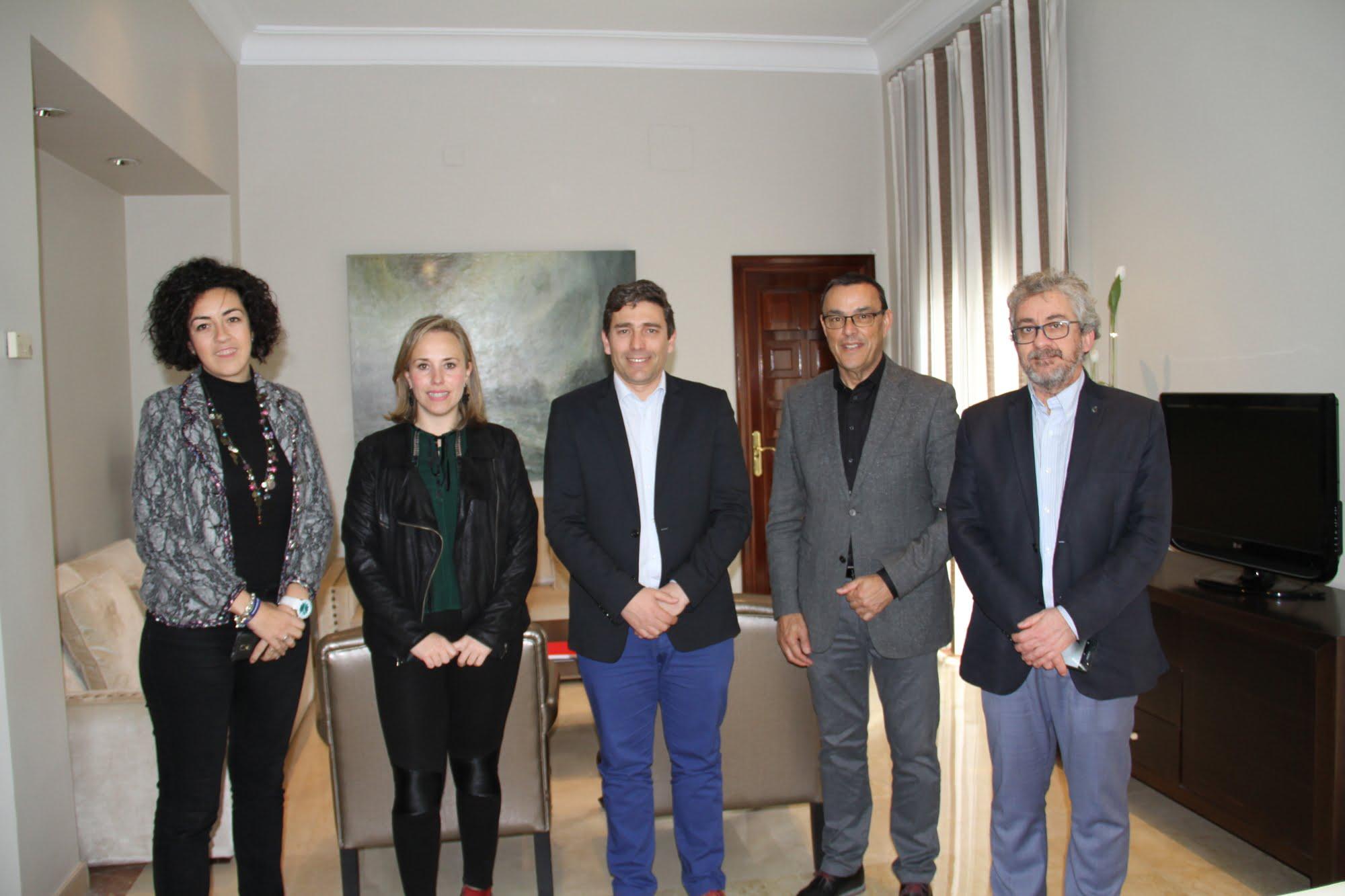 En la image, Caraballo tras la reunión con los representantes del Colegio de Ingenieros Técnicos