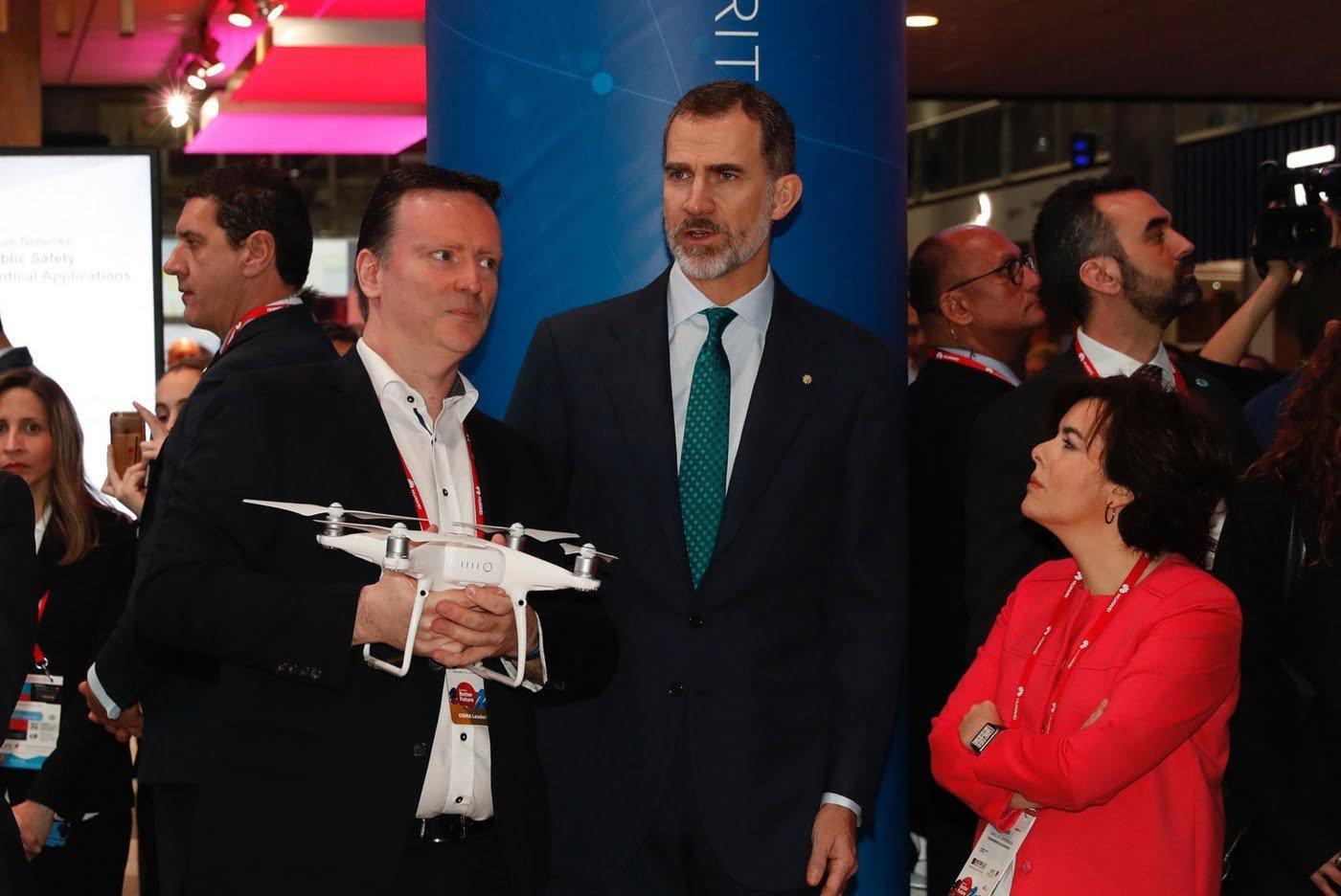 El Rey, junto a la vicepresidenta del Gobierno, en su recorrido por el congreso