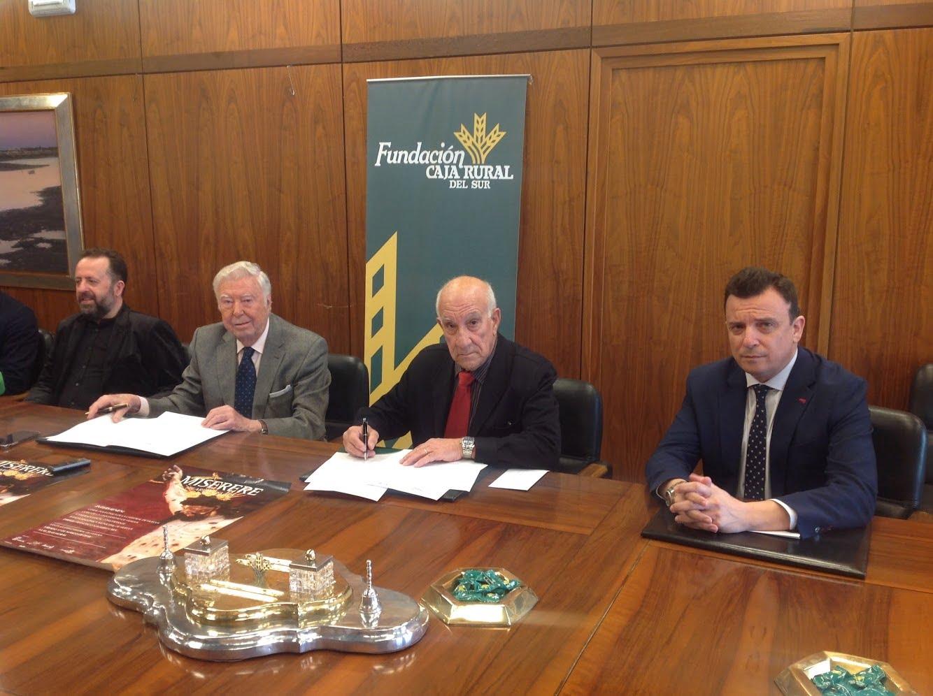 Firma del convenio entre los presidentes de Fundación Caja Rural del Sur y Asociación de Amigos de la Banda Sinfónica.