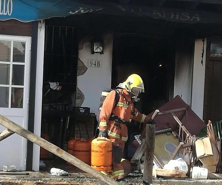 Los bomberos actuaron  para retirar las bombonas de butano. (Foto: Consorcio Atelier).
