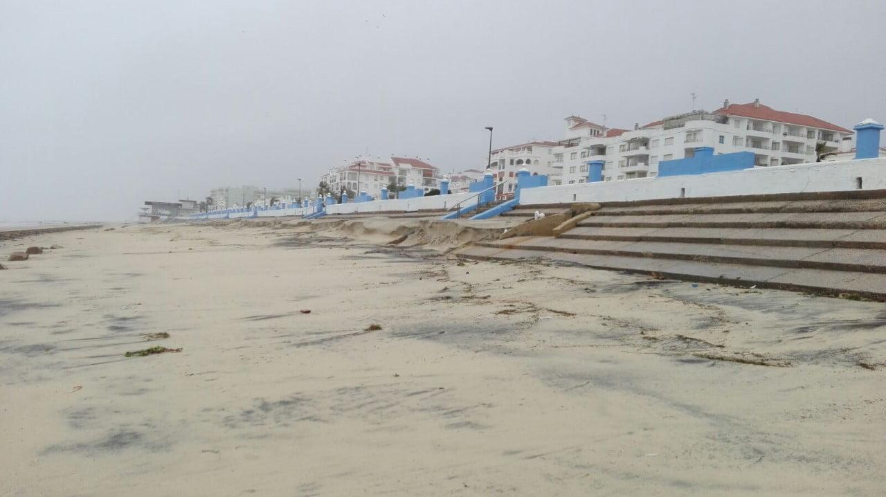 Algunos de los destrozos ocasionados por la borrasca en la playa de Matalascañas